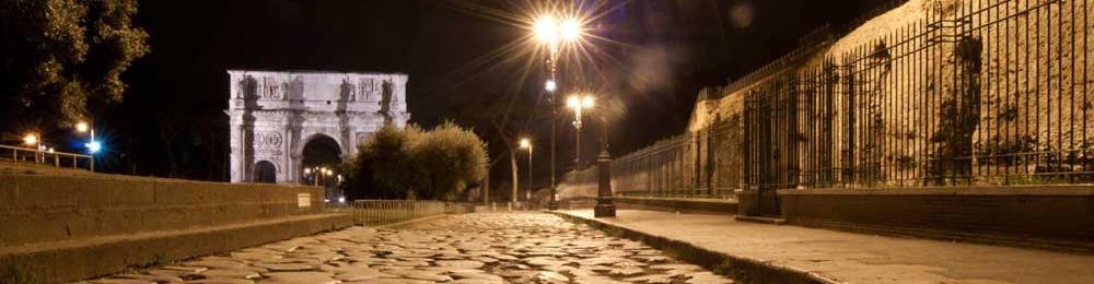 Vista dell'arco di Costantino e del foro palatino di notte